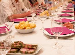 テーブルに並ぶブルゴーニュ地方のおつまみ
